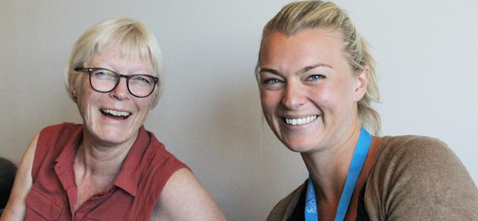Kine Rasmussen (til høyre) og Karin Damstuen (venstre) er lettet og glad over at eksamen gikk bra og kurset i kognitiv terapi gjennomført.